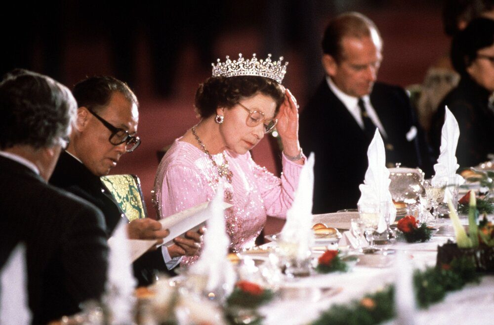 the-queen-adjusting-her-tiara-whilst-reading-the-menu-news-photo-1575560226-1